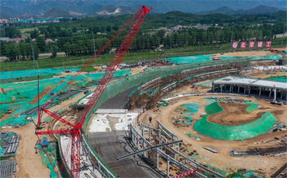 北京怀柔科学城高能同步辐射光源首根横跨梁吊装成功