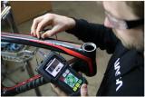利用超声波测厚仪对碳纤维车架进行检查和质量控制