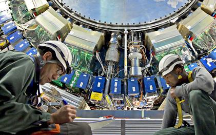 """三名UM科学家正在帮助升级世界上最大的粒子加速器""""大型强子对撞机"""""""