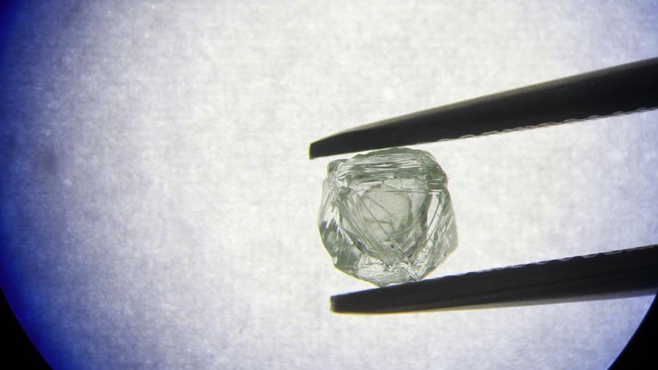 """科学家建议在X射线光学系统中使用""""有缺陷的""""钻石"""