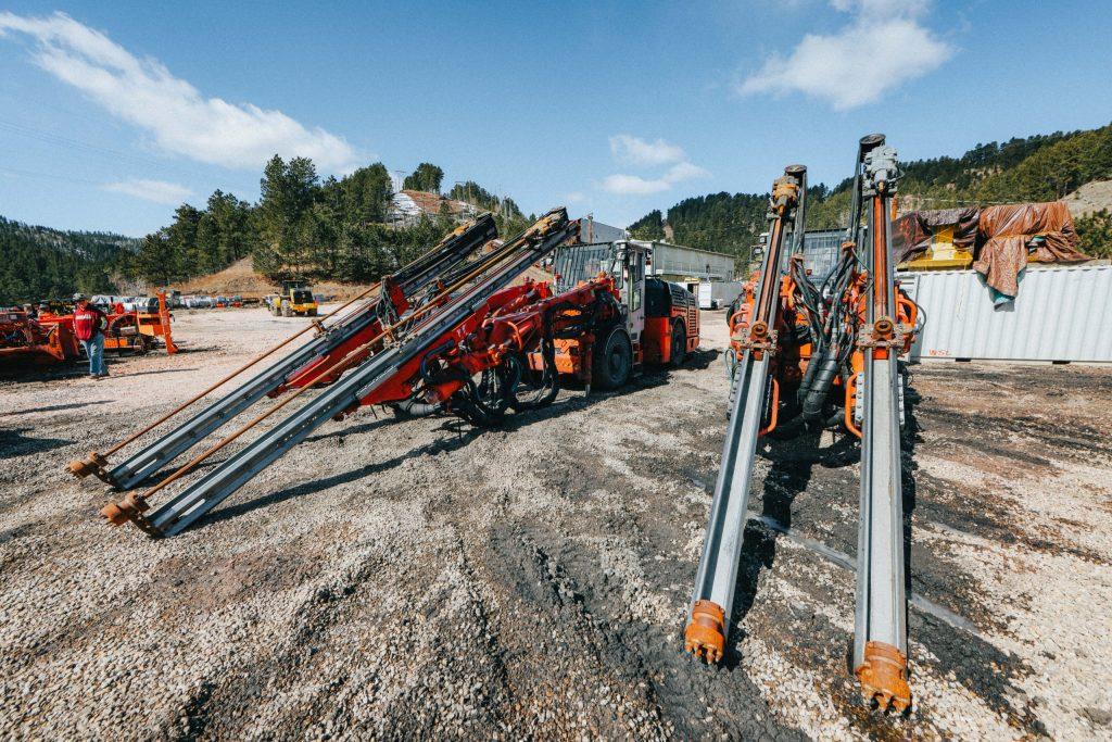<p>施工队开始将设备降至地下一英里处进行DUNE挖掘</p>